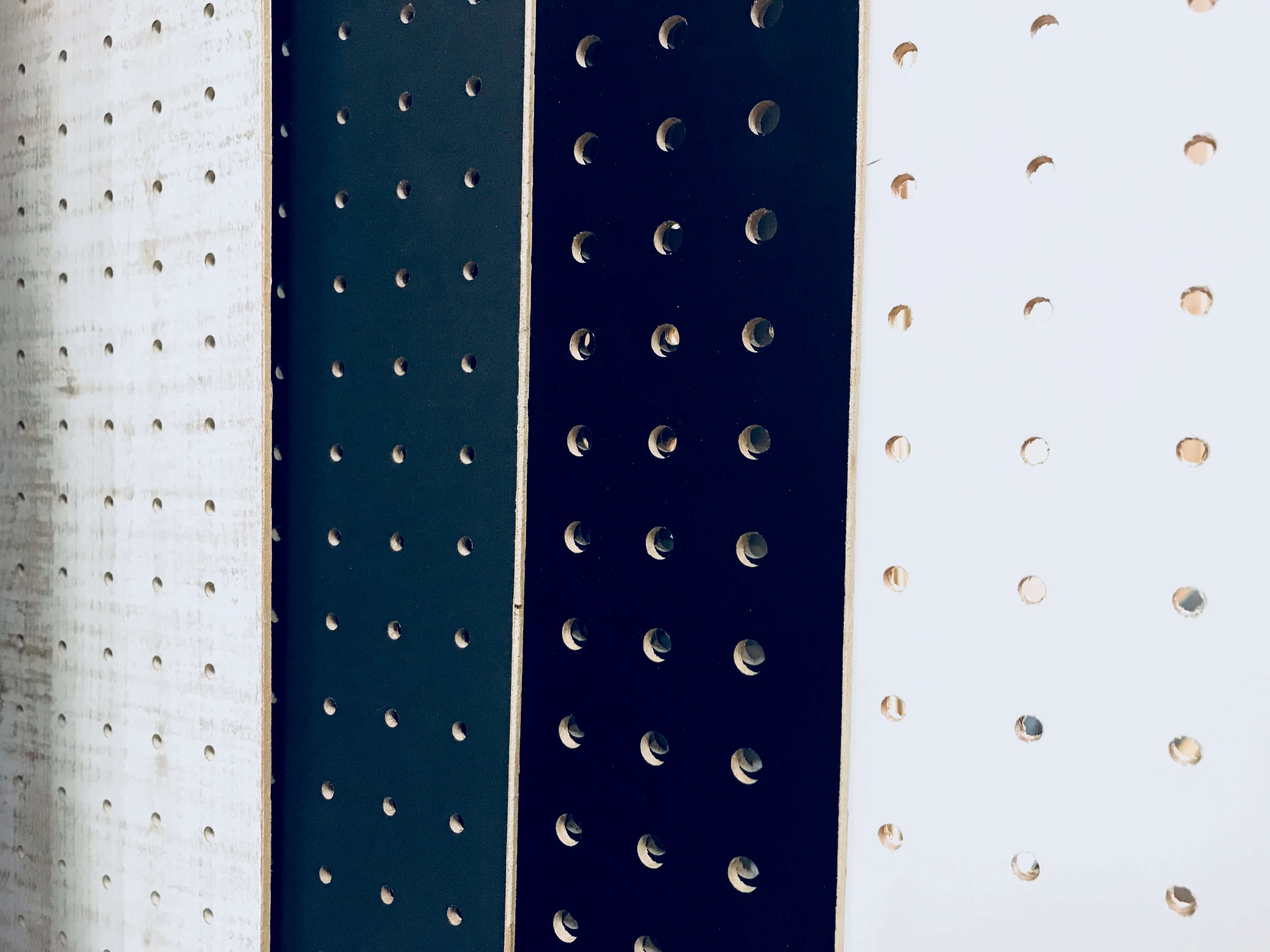 壁 有 孔 固定 ボード 壁に穴をあけたくない! 2×4材と有孔ボードを使ったおしゃれ壁面収納をDIY!
